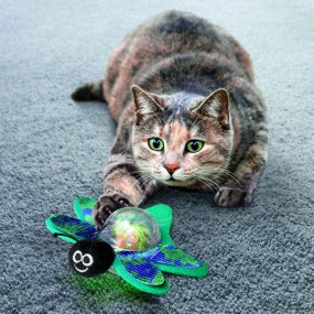 Juguete Kong Cat Bat-a-Bout Flicker Firefly con Luz ejemplo
